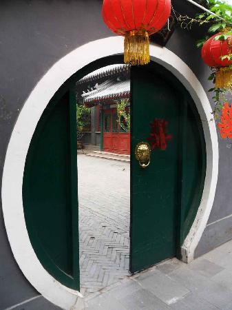 Bamboo Garden Hotel: traditional moon shape door 