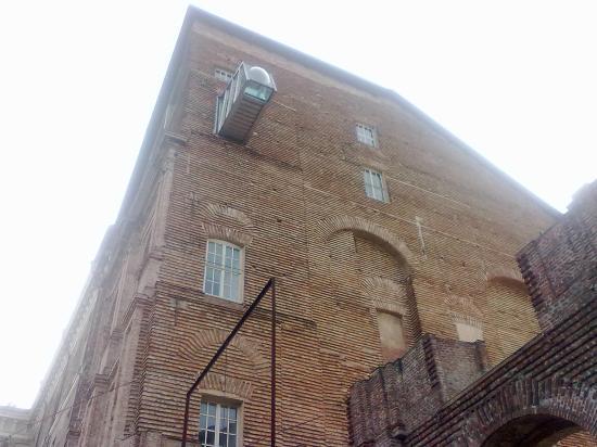 Castello di Rivoli Museum of Contemporary Art: Ponte sospeso all'ultimo piano