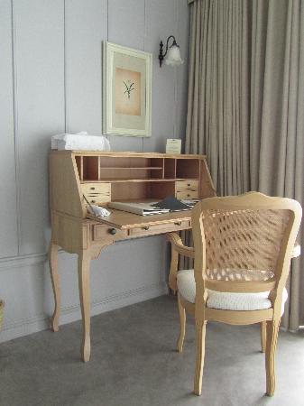 เทวาศรม หัวหิน รีสอร์ท: Writing desk inside Seaside Suite