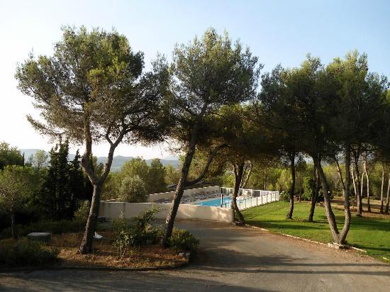 Hotel Valaurie: Vue du jardin et piscine