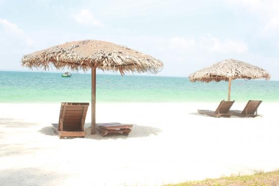 D'Coconut Resort: clean white sandy beach