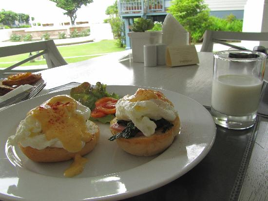 Devasom Hua Hin Resort: Egg benedict in breakfast, included in buffet breakfast