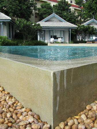 Devasom Hua Hin Resort: Infinity pool and villa