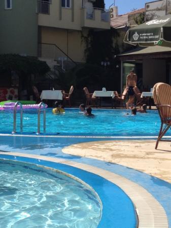 Melissa Garden Apart Otel: Staff in the pool