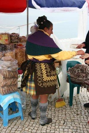 Nazaré, Portugal:                   Isabel et ses 7 jupons,marchande typique de la ville haute