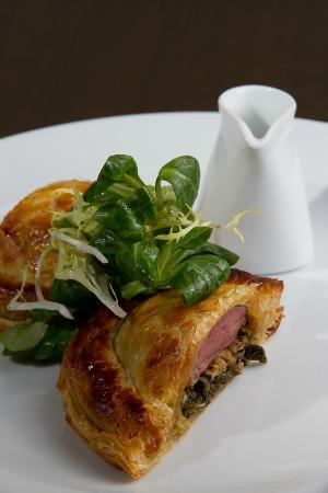 Les Bistronomes: Filet de pigeon roti en croûte, choux braisé au jus gras