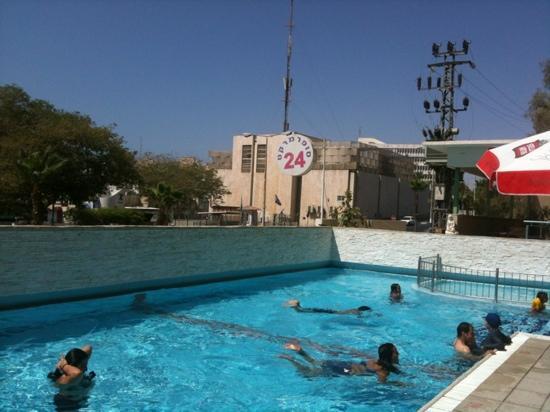 Comfort Hotel Eilat : une piscine rempli de mégot par des jeunes ivres