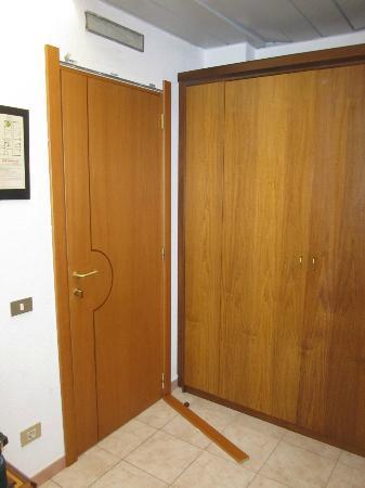Hotel Califfo : telaio porta rotto e mai aggiustato