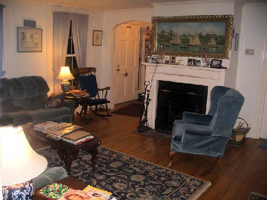 Maple Hill Bed and Breakfast: Living room