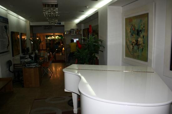 Nova Hotel: Piano in the lobby!