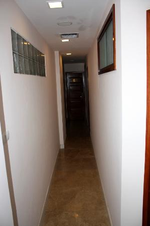 ‪نوفا هوتل: Narrow halloway leading to room #501‬