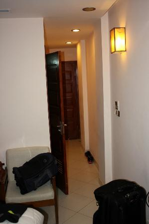Nova Hotel: Narrow entrance leading into bedroom