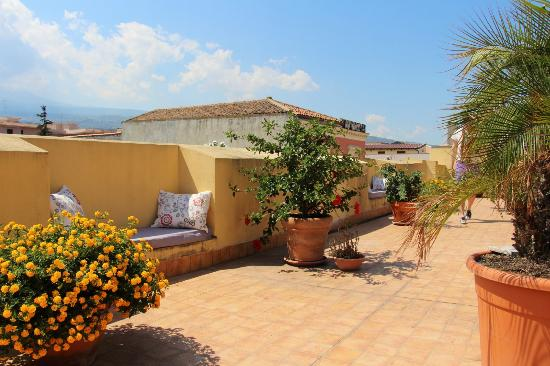 B&B di Charme Camelie: Terrace and a small view of Etna