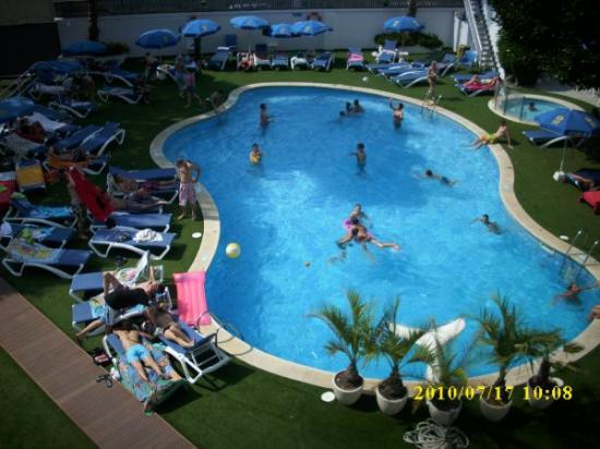 Hotel GHT Balmes & Apartments: Der Pool vom Hotel Balkon unserer Freunde im anderen Zimmer Fotograpfiert