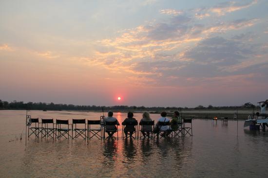 Zungulila Bushcamp - The Bushcamp Company: Prendiamo un drink? Il sole tramonta....