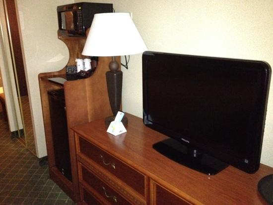 Best Western Plus Augusta Civic Center Inn: fridge microwave hd tv