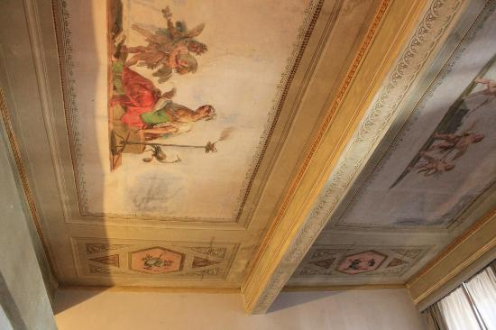 Alloro B&B: ceiling