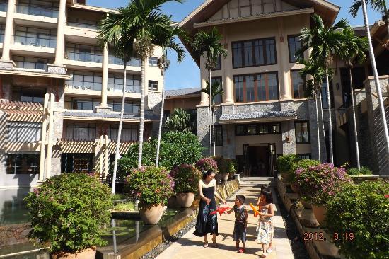 Hilton Sanya Yalong Bay Resort & Spa: 朝食後、プールサイドに出られます