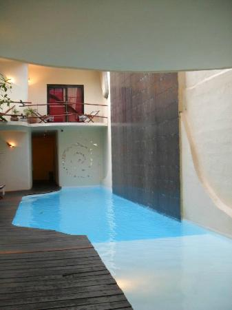 Kinbe Hotel: small but nice pool and rooms located by pool