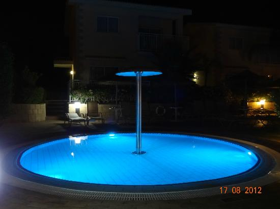 Tasia Maris Gardens Apartments: Baby pool at night