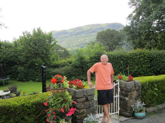 Bwlch y Fedwen Bed & Breakfast: View of the garden and Moel Y Gest