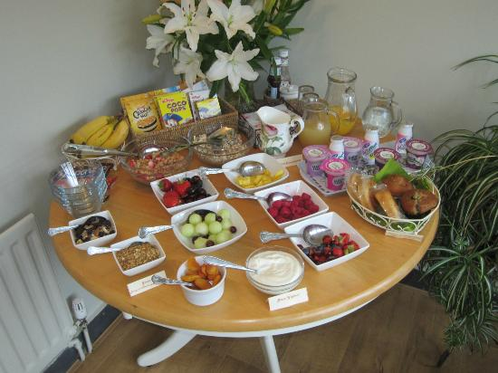 Bwlch y Fedwen Bed & Breakfast: A typical breakfast selection - look at the fresh fruit!