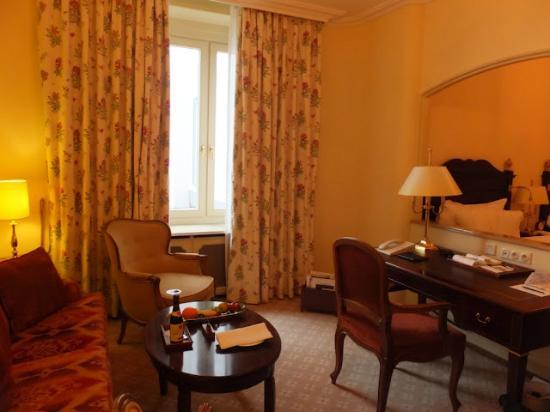 Fairmont Hotel Vier Jahreszeiten: Living Room