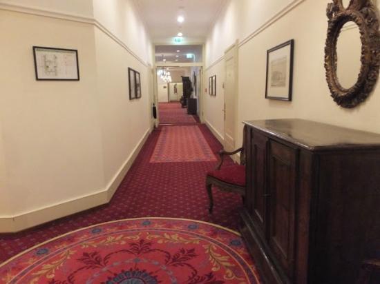 Fairmont Hotel Vier Jahreszeiten: Wide Hallway