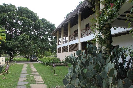 Royal Tulia resort: L'ingresso con le camere al piano superiore