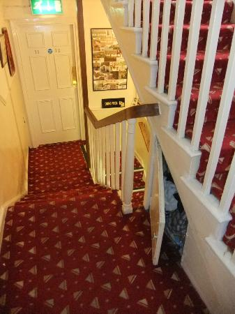 Fatima House B&B: stairs to breakfast