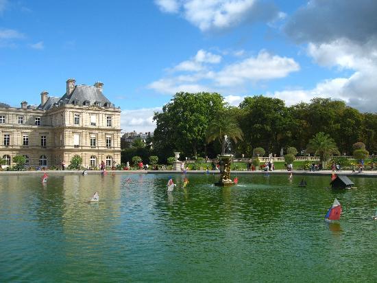 水面を走るボート- パリ、リュク...