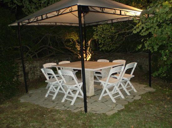La Scuderia : gazebo privee del giardino estivo