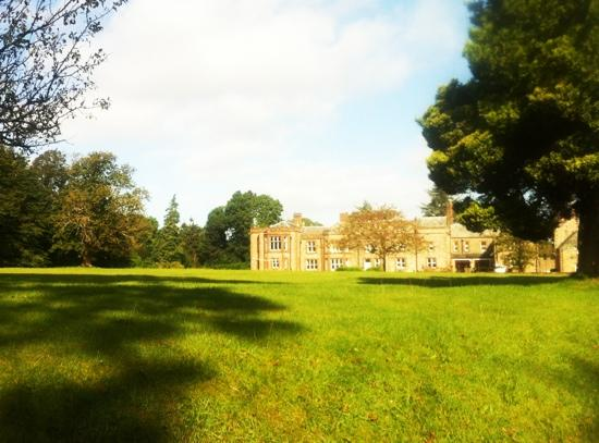 إرتون هول: Hidden away, Irton Hall boasts lovely large green grounds. Well worth the journey once you see w