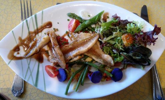 Restaurant Au Faisan Dore : Poêlée de perchettes sur coulis de tomates au basilic