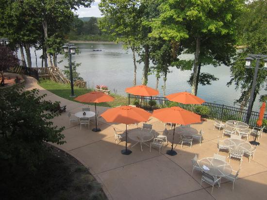 ‪‪Stonewall Resort‬: Patio and lake