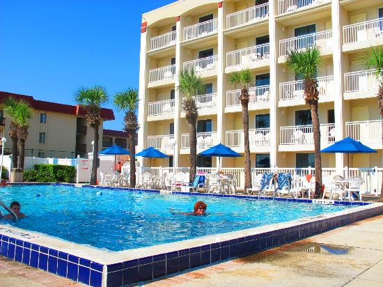 Holiday Isle Oceanfront Resort : the pool
