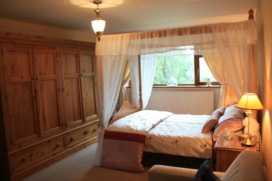 The Garden House Bed & Breakfast : The four poster master room