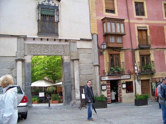 Bar Restaurante Ludena: Fachada y patio interior con las mesas