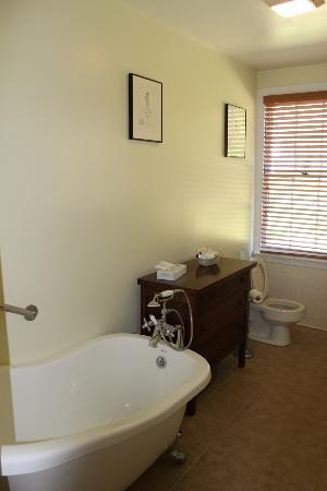 Inn at Gristmill Square: Bathroom of Croft