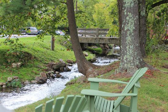 Inn at Gristmill Square: Picnic breakfast with a view