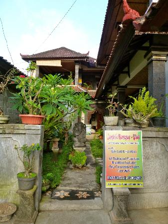Jangkrik Homestay: Entrance to the homestay.
