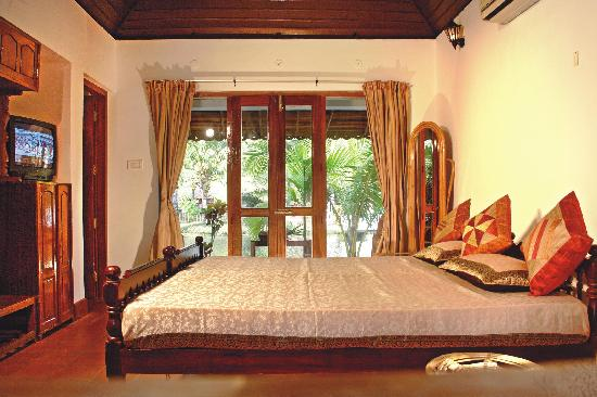 Coir Village Lake Resort: room