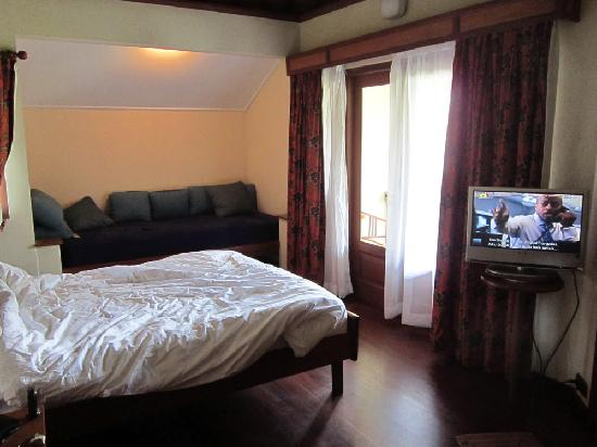 Strawberry Hill Hotel: with rotated-TV