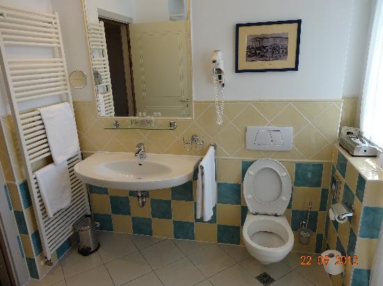 Mamaison Hotel Andrassy Budapest: Spacious Bathroom