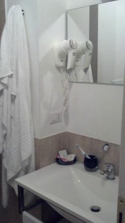 Condotti Inn: baño rustico, hermoso