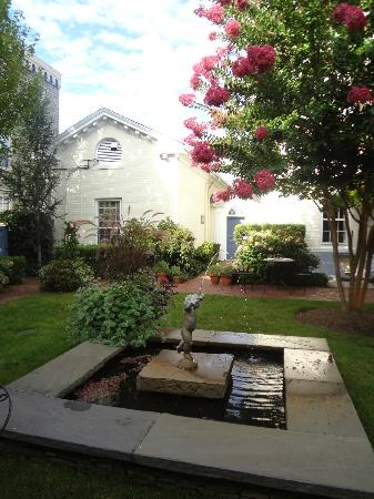 Francis Malbone House Inn: The Courtyard