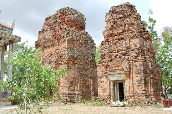Prasat Neang Khmau: standing proud: the two towers in