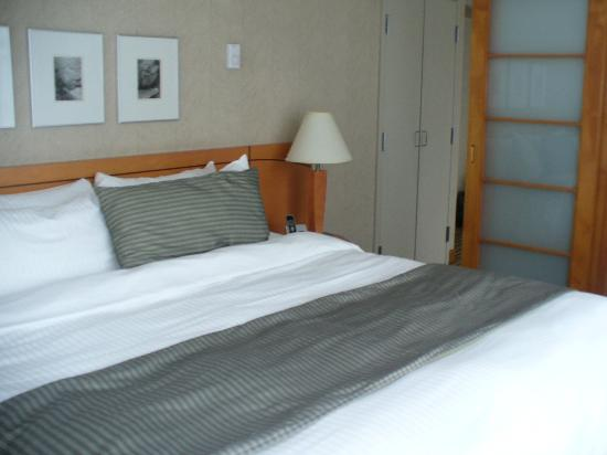 Delta Hotels by Marriott Vancouver Suites: comfy king size bed!!!   zzzz