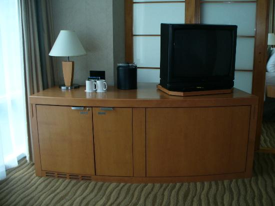 Delta Hotels by Marriott Vancouver Suites: fridge & tv in livingroom