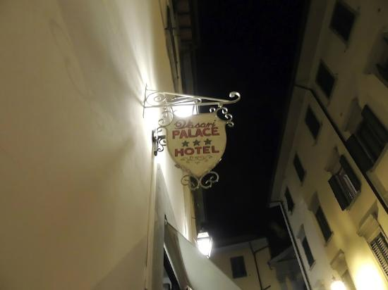 Hotel Vasari Palace: Sign outside the hotel.